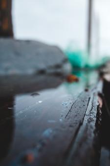 Kropelki wody na czarnej powierzchni drewnianych