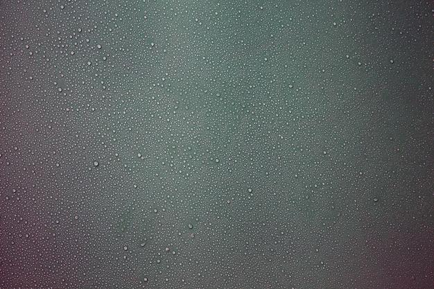 Kropelki wody na szarym tle