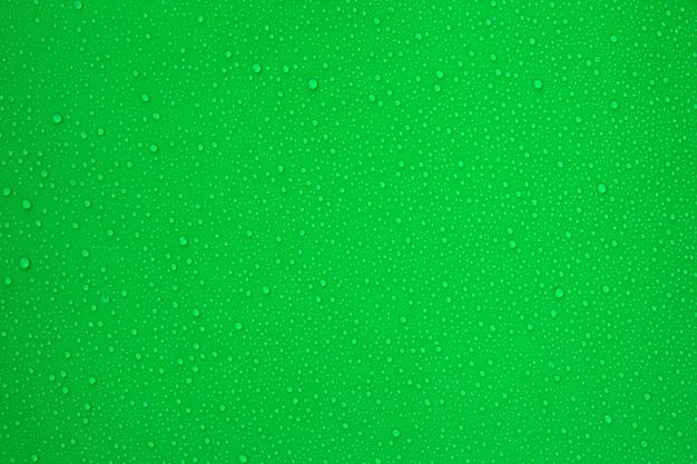 Kropelki wody na zielonym tle dla chłodnej i świeżej tekstury.