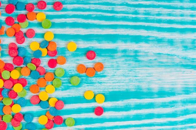 Kropki cukrowe, kolorowa dekoracja na ciasto i bekery, dużo posypki jako tło