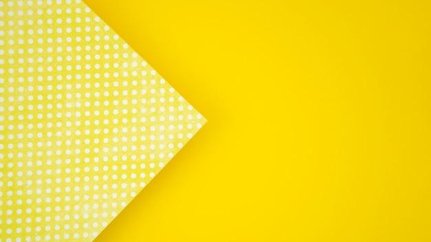 Kropki na papierze i kolor żółty kopii przestrzeni tle