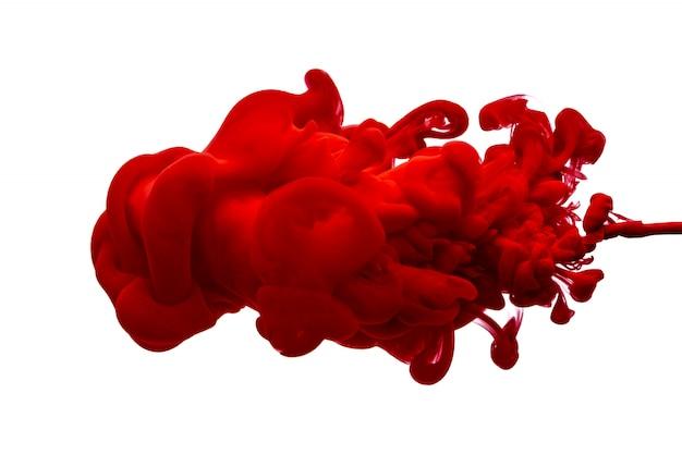 Kropla czerwonego atramentu w wodzie