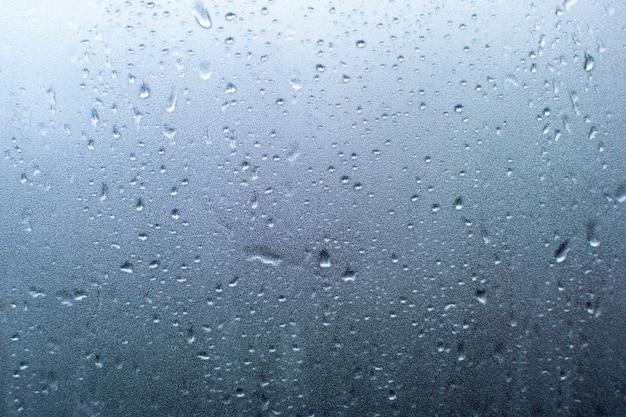 Kropla deszczu na szybę