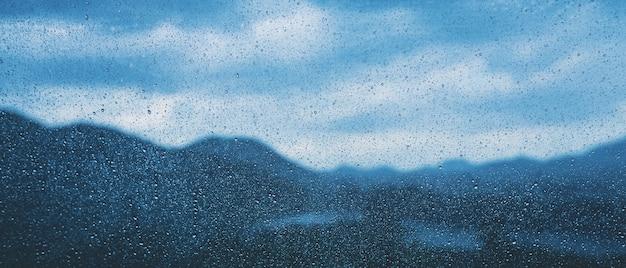 Kropla deszczu na szybie samochodowej