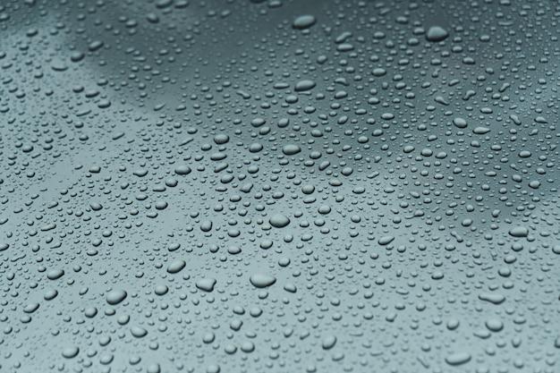 Kropla deszczu na szybie.
