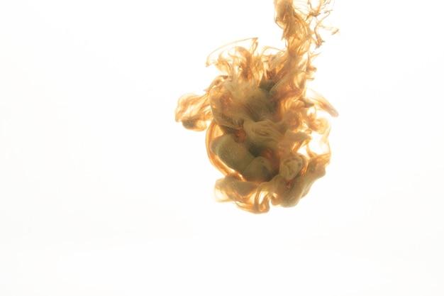 Kropla jasnobrązowego barwnika