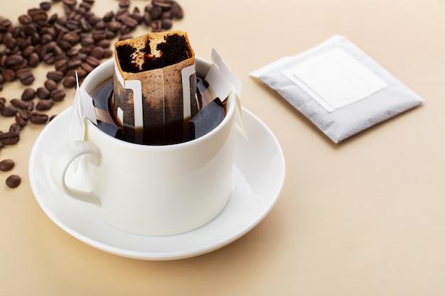 Kropla lub parzona kawa na beżowym tle