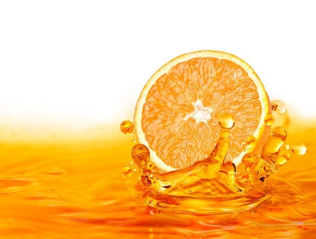 Kropla plastra pomarańczy na wodzie