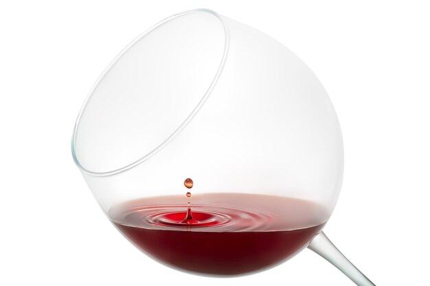 Kropla wina rozpryskiwania na szkle na białym tle