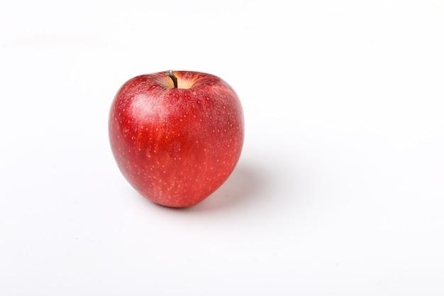 Kropla wody na świeżym czerwonym jabłku