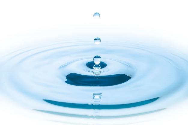 Kropla wody niebieski spada i fale koła