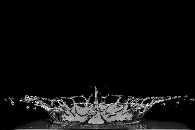 Kropla wody rozpryskiwania na czarno