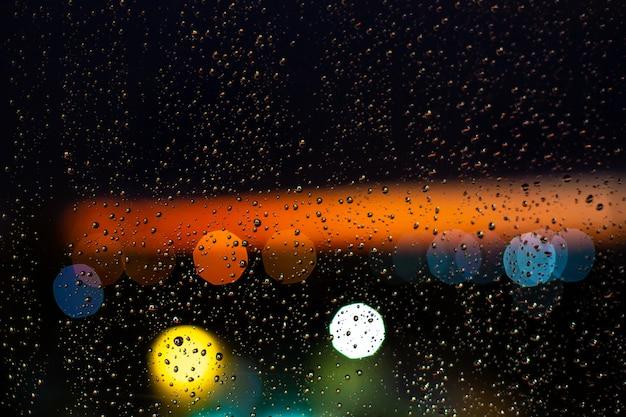 Kropla wody w oknie