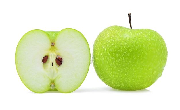 Kropla wody zielone jabłko na białym tle