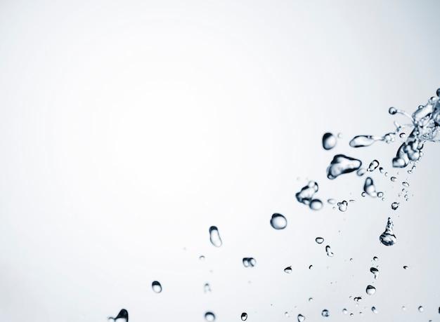 Krople czystej wody na jasnym tle