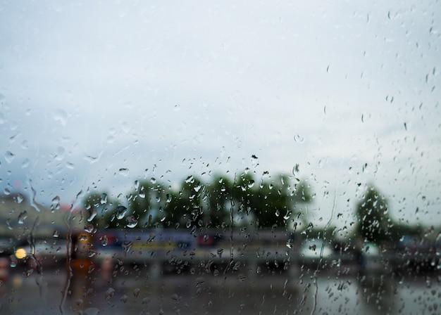Krople deszcz na błękitnym szkle