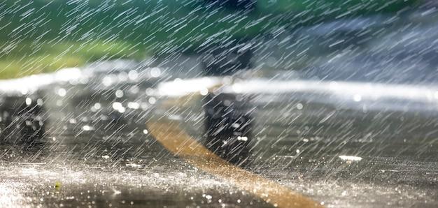 Krople deszczu asfalt znaczniki selektywne focus. tło z bliska