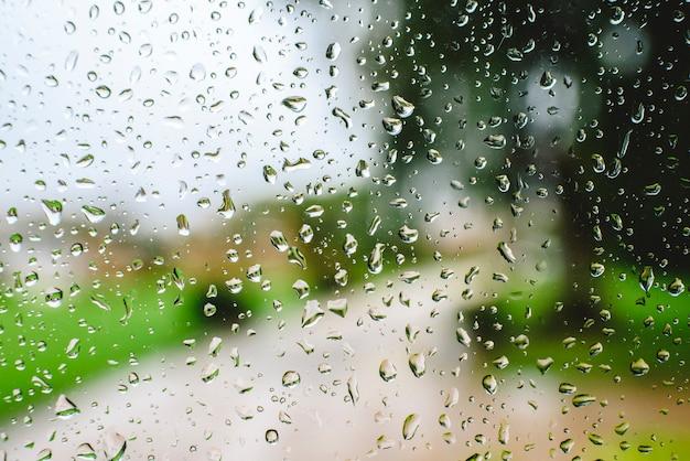 Krople deszczu na jesienny dzień na szkle.