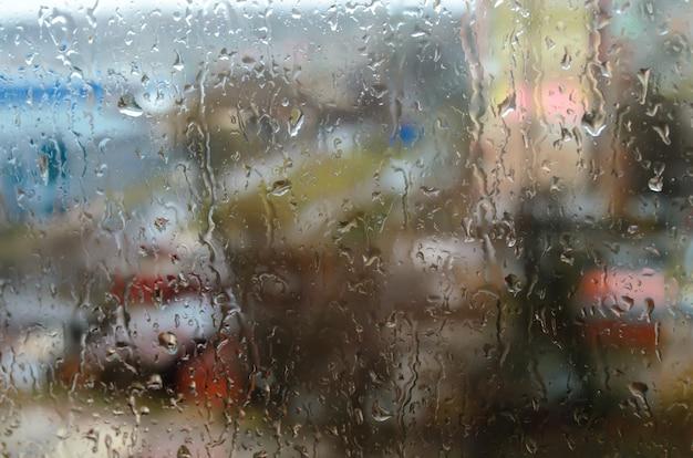 Krople deszczu na oknie ulicy