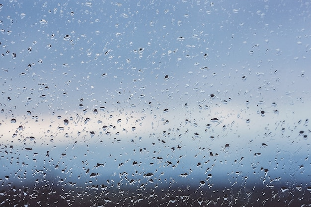 Krople deszczu na oknie. woda na szkle. bieganie spada. tło koncepcyjne.