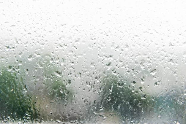 Krople deszczu na pochyłym oknie (szkło)