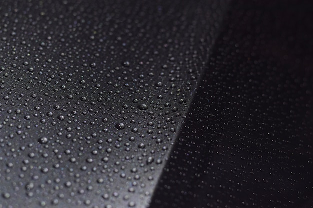 Krople deszczu na samochodzie