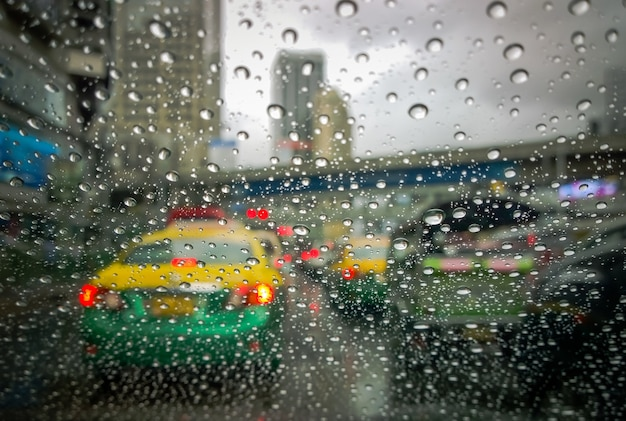 Krople deszczu na szkle światło elektryczne w tle