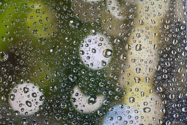 Krople deszczu na szkle z pięknym tłem