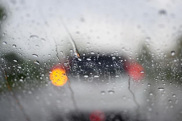 Krople deszczu na szybie samochodu podczas korków