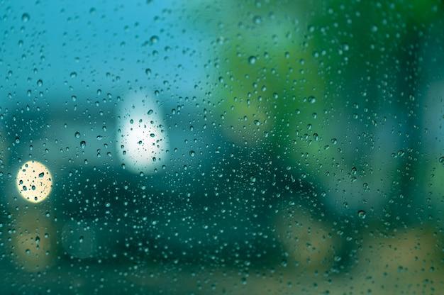 Krople deszczu na szybie samochodu
