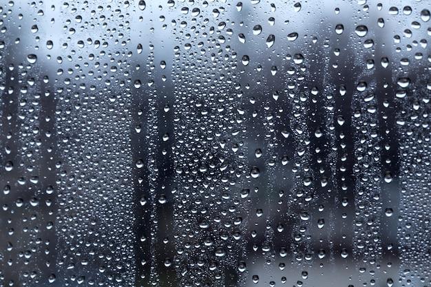 Krople deszczu na tle wody bokeh rozmycie okna