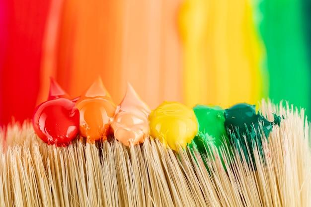 Krople farby na pędzlu i szlakach