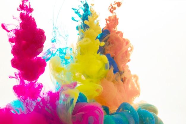 Krople kolorowej farby