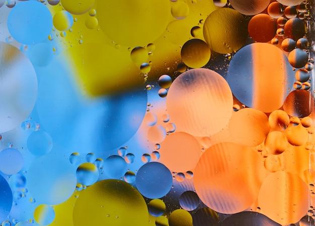 Krople oleju na wodzie zbliżenie pomysłowe i kolorowe bąbelki wzór kosmiczny
