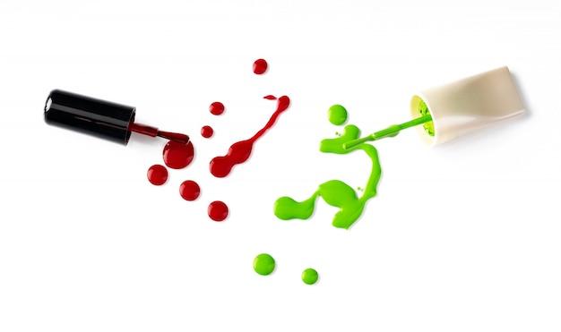 Krople rozlany lakier do paznokci na białym tle