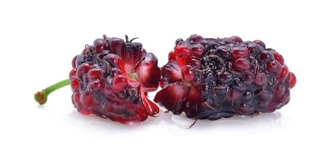 Krople wody mulberry na białym tle.