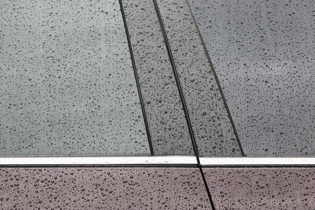 Krople wody na czarnej powierzchni samochodu