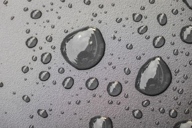 Krople wody na czarnym blackground.