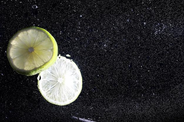Krople wody na dojrzałej słodkiej cytrynie. świeże tło wapna z miejsca kopiowania tekstu. koncepcja wegańska i wegetariańska.