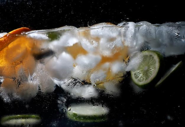 Krople wody na dojrzałych słodkich owocach i jagodach. świeże owoce tło z miejsca kopiowania tekstu. koncepcja wegańska i wegetariańska.