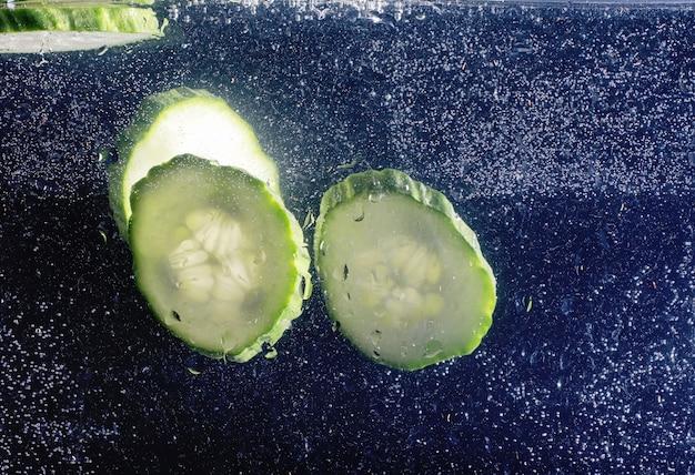 Krople wody na dojrzałym ogórku. świeże warzywa tło z miejsca kopiowania tekstu. koncepcja wegańska i wegetariańska.