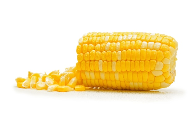 Krople wody na kukurydzy na białym tle