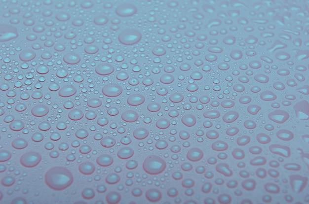 Krople wody na niebieskim tle różowy