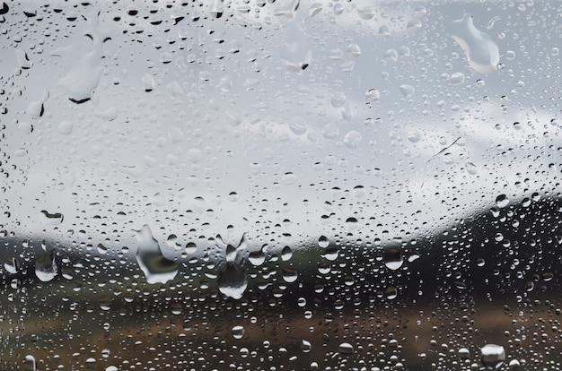 Krople wody na szybie okiennej, widok z bliska