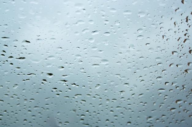 Krople wody na szybie okna
