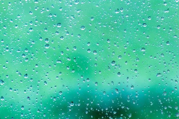 Krople wody na szybie podczas deszczu