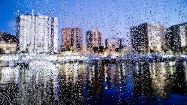 Krople wody na tle miejskim