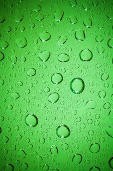 Krople wody na tle szkła.