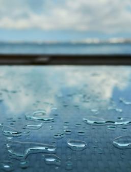 Krople wody po deszczu na stole