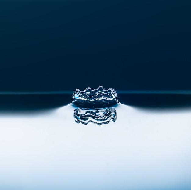 Krople wody spadają